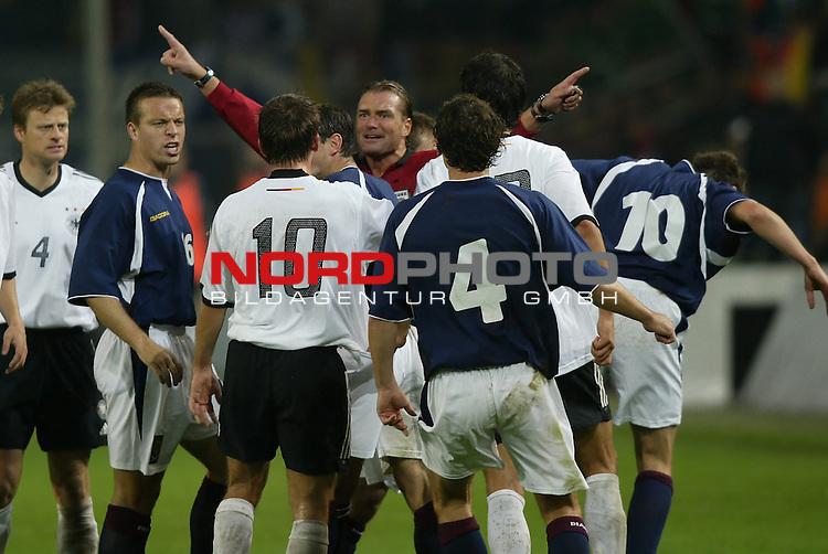Laenderspiel EM 2004 Qualifikation<br /> Deutschland vs. Schottland 2:1<br /> Schiedsrichter Anders Frisk (Schweden) hatte alle Haende voll zu tun beim Spiel Deutschland gegen Schottland.<br /> Foto &copy; nordphoto - Ruediger Lampe<br /> <br />  *** Local Caption *** Foto ist honorarpflichtig! zzgl. gesetzl. MwSt.<br />  Belegexemplar erforderlich<br /> Adresse: nordphoto<br /> Georg-Reinke-Strasse 1<br /> 49377 Vechta