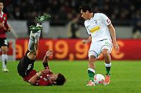 FUSSBALL   1. BUNDESLIGA    SAISON 2012/2013    9. Spieltag   Hannover 96 - Borussia Moenchengladbach         28.10.2012 Hiroki Sakai (li, Hannover 96) gegen Juan Arango (re, Borussia Moenchengladbach)