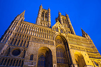 United Kingdom, England, Lincolnshire, Lincoln: West front of Lincoln Cathedral floodlit at dusk | Grossbritannien, England, Lincolnshire, Lincoln: die Westseite der Lincoln Cathedral beleuchtet am Abend