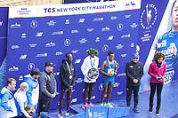 Nova York (EUA), 03/11/2019 - Maratona de Nova York - O vencedor do segundo lugar, Marcel Hug, o vencedor do primeiro lugar Daniel Romanchuk e o vencedor do terceiro lugar David Weir comemoram durante a Maratona da TCS em Nova York em 3 de novembro de 2019 na cidade de Nova York.  (Foto: William Volcov/Brazil Photo Press)