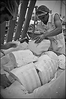 Europe/France/Midi-Pyrénées/12/Aveyron/Aubrac/Laguiole: Fabrication du Fromage de Laguiole AOP à la Coopérative Jeune Montagne - Remplissage du Presse-Tome  avec le caillé - Pressage et découpage