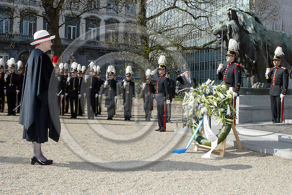 BRUSSELS - BELGIUM - 30 MARCH 2004-- The official state visit of the Finnish President Tarja HALONEN and her husband Pentti ARAJÄRVI (Arajaervi) to Belgium.-- President Tarja HALONEN at the memorial of the unknown soldier.-- PHOTO: JUHA ROININEN / EUP-IMAGES