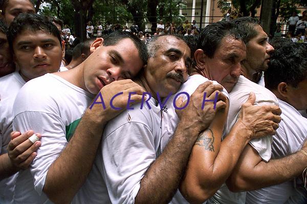 Promesseiros j&aacute; cansados tentam chegar presos a corda at&eacute; o fim da prociss&atilde;o. O C&iacute;rio de Nossa Senhora de Nazar&eacute; &eacute; acompanhado por cerca de 1.500.000 de pessoas, &eacute; considerada uma das maiores prociss&otilde;es religiosas do planeta.<br />Bel&eacute;m-Par&aacute;-Brasil<br />12/10/2003<br />&copy;Foto:Paulo Santos/Interfoto<br />Digital
