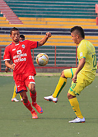 BUCARAMANGA - COLOMBIA - 13 - 03 - 2016: Daniel Cataño (Izq.) jugador de Atletico Bucaramanga disputa el balón con Jimmy Mican (Der.) jugador de Fortaleza FC, durante partido entre Atletico Bucaramanga y Fortaleza FC, por la fecha 9 de la Liga Aguila I-2016, jugado en el Alfonso Lopez de la ciudad de Bucaramanga. / Daniel Cataño (L) player of Atletico Bucaramanga vies for the ball with Jimmy Mican (R) player of Fortaleza FC,  during a match between Atletico Bucaramanga and Fortaleza FC, for the date 9 of the Liga Aguila I-2016 at the Alfonso Lopez Stadium in Bucaramanga city Photo: VizzorImage  / Duncan Bustamante / Cont.