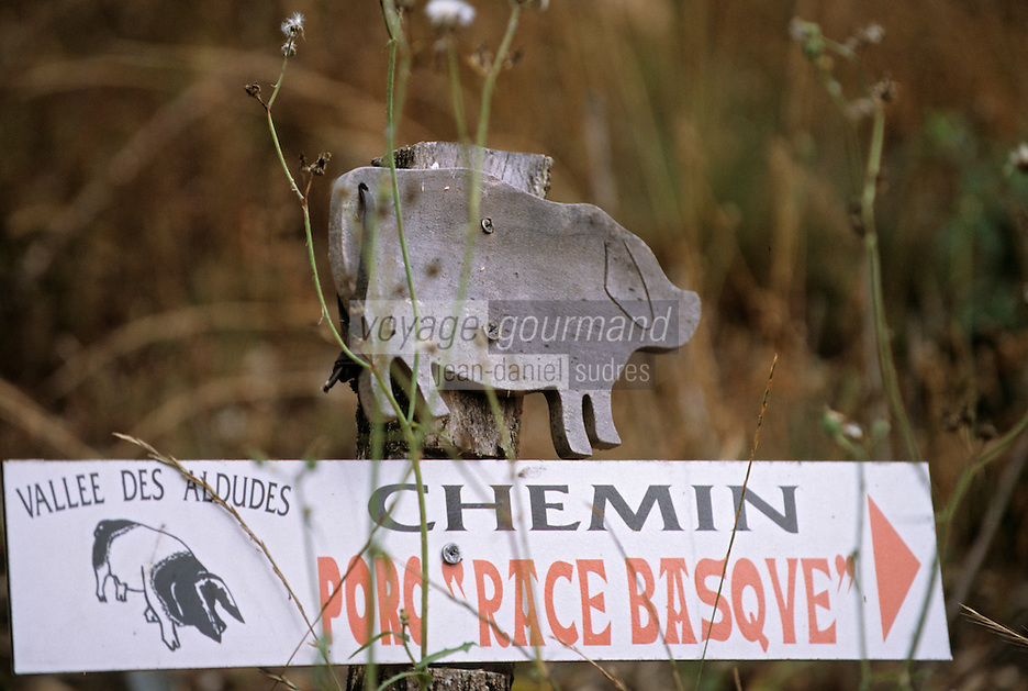 Europe/France/Aquitaine/64/Pyrénées-Atlantiques/Les Aldudes: Panneau jalonnant le parcours d'élevage de porcs basques de Pierre Oteiza dans la vallée des Aldudes