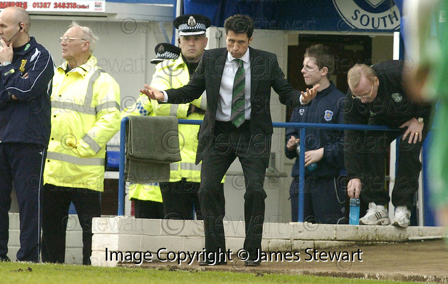 24/02/2007       Copyright Pic: James Stewart.File Name : sct_jspa16_qots_v_hibernian.JOHN COLLINS GETS HIS POINT ACROSS....James Stewart Photo Agency 19 Carronlea Drive, Falkirk. FK2 8DN      Vat Reg No. 607 6932 25.Office     : +44 (0)1324 570906     .Mobile   : +44 (0)7721 416997.Fax         : +44 (0)1324 570906.E-mail  :  jim@jspa.co.uk.If you require further information then contact Jim Stewart on any of the numbers above.........