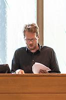 """Sitzung der Bezirksverordnetenversammlung des Berliner Bezirk Friedrichshain-Kreuzberg am Mittwoch den 14. August 2019.<br /> Auf der Tagesordnung stand der Antrag der CDU, das die Genossenschaft """"Diese eG"""" vom Bezirk nicht mehr vom Vorkaufsrecht von Immobilien gebrauch machen darf. Mit dem Vorkaufsrecht versucht der Bezirk, immer wieder erfolgreich, Wohnimmobilien zu erwerben, um deren Bewohner vor Mietspekulation durch Immobilienkonzerne  zu bewahren.<br /> Als weiterer Tagesordnungspunkt stand ein Antrag von CDU und FDP, gegen den fuer das Vorkaufsrecht zustaendigen Baustadtrat Florian Schmidt, Buendnis 90/Die Gruenen, einen Untersuchungsausschuss einzurichten.<br /> Beide Antraege wurden von einer Mehrheit der Bezirksverordneten abgelehnt.<br /> Im Bild: Bezirksstadtrat Florian Schmidt.<br /> 14.8.2019, Berlin<br /> Copyright: Christian-Ditsch.de<br /> [Inhaltsveraendernde Manipulation des Fotos nur nach ausdruecklicher Genehmigung des Fotografen. Vereinbarungen ueber Abtretung von Persoenlichkeitsrechten/Model Release der abgebildeten Person/Personen liegen nicht vor. NO MODEL RELEASE! Nur fuer Redaktionelle Zwecke. Don't publish without copyright Christian-Ditsch.de, Veroeffentlichung nur mit Fotografennennung, sowie gegen Honorar, MwSt. und Beleg. Konto: I N G - D i B a, IBAN DE58500105175400192269, BIC INGDDEFFXXX, Kontakt: post@christian-ditsch.de<br /> Bei der Bearbeitung der Dateiinformationen darf die Urheberkennzeichnung in den EXIF- und  IPTC-Daten nicht entfernt werden, diese sind in digitalen Medien nach §95c UrhG rechtlich geschuetzt. Der Urhebervermerk wird gemaess §13 UrhG verlangt.]"""