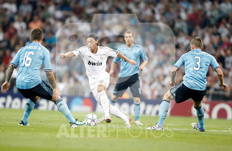 Real Madrid's Mesut Özil against AFC Ajax Amsterdam's Theo Janssen and Toby Alderweireld during UEFA Champions League match. September 27, 2011. (ALTERPHOTOS/Alvaro Hernandez)