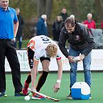 BLOEMENDAAL - Hockey - Bloemendaal-Oranje Rood 3-2. blessure voor Joep de Mol (Oranje-Rood)  met rechts fysio Frank Hagenaars    COPYRIGHT  KOEN SUYK