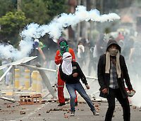 BOGOTA -COLOMBIA. 29-04-2014. Hoy se presentaron fuertes  disturbios en la Universidad Nacional que  protagonizaron   por varias horas encapuchados que lanzaron piedras , bombas papa y molotov contra la Policia Nacional en apoyo al paro agrario.  / Unrest in the National University staged for several hours hooded threw stones at the National Police to support the agricultural strike. Photo: VizzorImage/ Felipe Caicedo / Staff