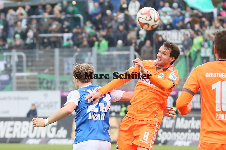 Stephan Fuerstner (Fuerth) klaert gegen Florian Jungwirth (SV98) - SV Darmstadt 98 vs. SpVgg. Greuther Fuerth, Stadion am Boellenfalltor
