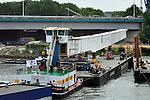 UTRECHT - In Utrecht heeft Rijkswaterstaat afgelopen weekendde noordkant van de Galecopperbrug (A12) over Amsterdam-Rijnkanaal versterkt met 300 meter lange stalen liggers. Tot eind 2015 renoveren Rijkswaterstaat en Combinatie Galecom de Galecopperbrug bij Utrecht (A12 over Amsterdam-Rijnkanaal). De brug wordt onder andere versterkt met bijna zes miljoen kilo staal, waaronder stalen liggers met meer dan 300 meter lengte. In het weekend van 7 en 8 juni werden de eerste liggers delen aangevoerd vanuit werkplaatsen in Krimpen a/d IJssel en Gorinchem en vervolgens met behulp van drijvende bokken aan de zuidkant van de brug gemonteerd. Volgend weekend installeert de aannemer de liggers in het midden van de brug. COPYRIGHT TON BORSBOOM