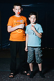 Ruslan ist Tatare und stammt aus Debazewe. Jener Stadt, die in einem wochenlangen Häuserkampf zwischen ukrainischen Regierungstruppen und pro-russischen Separatisten zerstört wurde. Seit einem Jahr lebt er mit seinem Bruder Danila, seiner Schwester, seinen Eltern und Großeltern in Charkiw. Er vermisst sein Heimat und möchte zuerst seine alten Freunde wiedersehen, falls er zurückkomt. // Der elfjärige Boris stammt aus Lugansk und lebt mit seiner Schwester Ann und seinen Eltern seit einem Jahr in Charkiw. Dort leben sie in einem 16-stöckigen Plattenbau. Das gefällt ihm nicht. Sein Vater hat früher als Manager bei Nescafe gearbeitet, jetzt bringt er seine Familie mit Taxifahren durch. Boris Mutter hat eine Anstellung als Erzieherin in einem Kindergarten gefunden. Wenn er wieder zurückkommt, will er seine alten Freunde wiedersehen. Fünf von ihnen leben noch in Lugansk. // Das Flüchtlingswerk der vereinten Nationen geht nach Informationenen des Ukrainischen Sozialministeriums von 1.357918 registirierten Binnenflüchtlingen aus. Die Statistik erfasst jedoch nicht jene, die in den Gebieten leben, die von den prorussischen Separatisten kontrolliert werden. 13 Prozent der ukrainischen Binnenflüchtlinge (IDPs) sind Kinder. Die Hilsoganisation Vostok SOS Schätzt die Zahl der ukrainischen Binnenflüchtlinge auf ca. 2 Millionen. Wer kein Kindergeld oder andere Versorgungsleistungen des States in Anspruch nehmen kann, lässt sich nicht registrieren. Qullen: http://vostok-sos.org // http://reliefweb.int/sites/reliefweb.int/files/resources/gpc_factsheet_june_2015_en_0.pdf