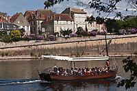 Europe/France/Aquitaine/24/Dordogne/Bergerac: Une gabare touristique sur la Dordogne -  La vieille ville vue sur  les bords de la dordogne