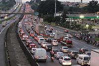 SAO PAULO, SP, 28/03/2013, MOVENTACAO RODOVIA DUTRA. Saida do paulistano na tarde dessa Quinta-Feira (28) vespera do feriado de Pascoa. LUIZ GUARNIERI/  BRAZIL PHOTO PRESS.