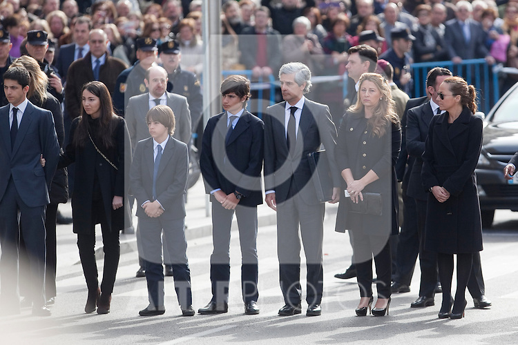 Adolfo Suarez Illana (C) and relatives look on as members of the military carry the coffin of former Spanish Prime Minister Adolfo Suarez to the Spanish Parliament in Madrid, Spain. March 24, 2014. (ALTERPHOTOS/Victor Blanco)