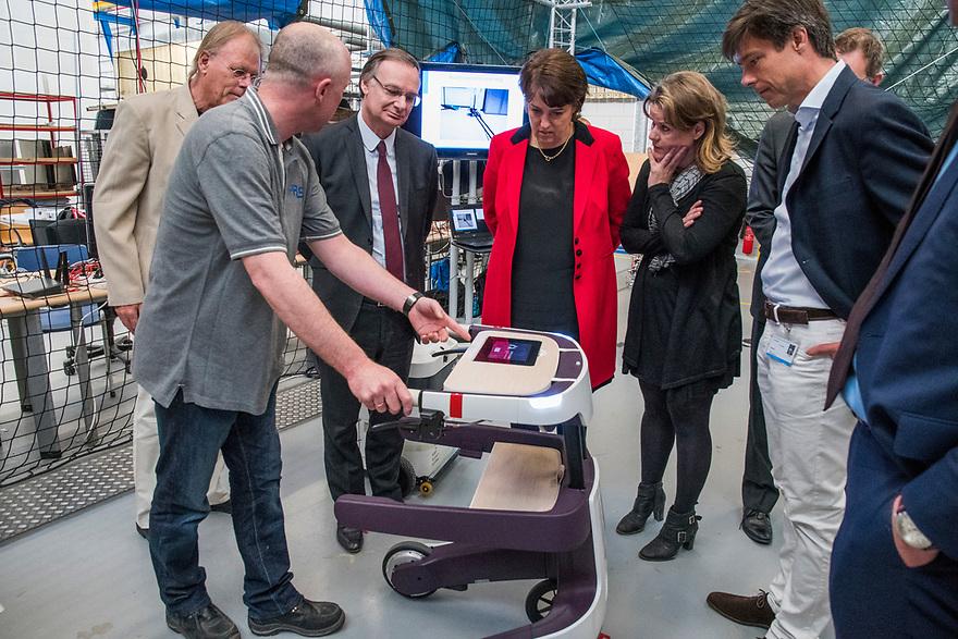 Nederland, Delft, 16 mei 2016<br /> Robots in de cyberzoo en CEO van Accenture.<br /> <br /> Foto: (c) Michiel Wijnbergh