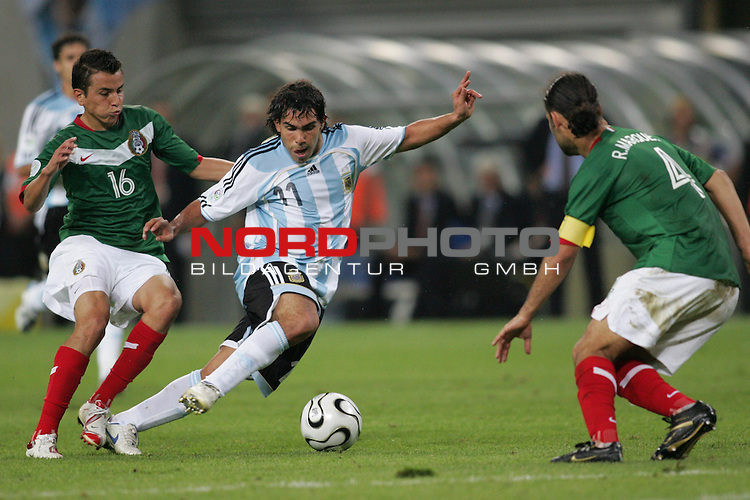 FIFA WM 2006 - Round Of Sixteen / Achtelfinale<br /> Play #50 (24-Jun) - Argentina vs Mexico.<br /> Carlos Tevez (M) from Argentina and Mario Mendez (l) and Rafael Marquez (r) from Mexico fight for the ball during the match of the World Cup in Leipzig.<br /> Foto &copy; nordphoto