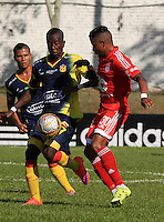 BUGA -COLOMBIA-17-08-2015: Yesus Cabrera (Der.) jugador del América de Cali  disputa el balón con Carlos Sinisterra (Izq.) jugador de Deportivo Pereira durante partido por la fecha 6 de vuelta del Torneo Águila 2015 jugado en el estadio Hernando Azcárate de la ciudad de Buga. / Yesus Cabrera (R) player of America de Cali fights for the ball with Carlos Sinisterra (L) player of Deportivo Pereira during the match for the 6th date of second leg of Aquila Tournament 2015 played at Hernando Azcarate stadium in Buga city. Photo: VizzorImage / Juan C. Quintero /