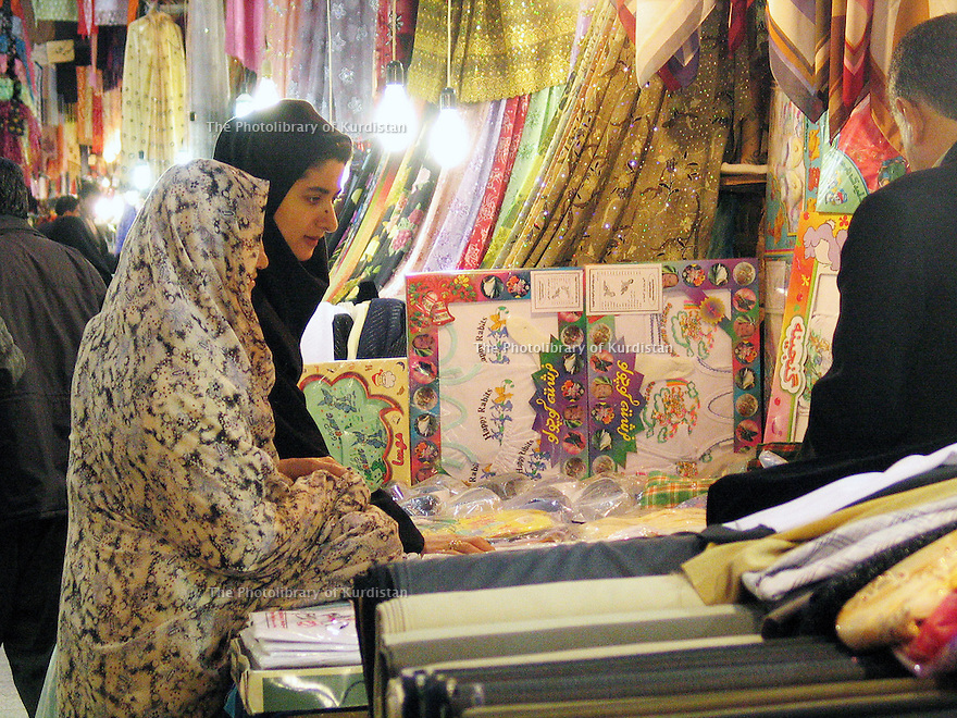 Iran 2004 Sanandaj: Femmes voilées regardant des tissus dans le bazar<br /> Iran 2004 Sanandaj: veiled women shopping in the bazaar