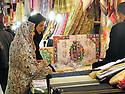 Iran 2004<br /> Sanandaj: Femmes voil&eacute;es regardant des tissus dans le bazar<br /> Iran 2004<br /> Sanandaj: veiled women shopping in the bazaar