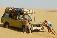 - northern Sudan, four wheels drive vehicle blocked  by sand in the desert of Nubia....- Sudan settentrionale, veicolo fuoristrada insabbiato nel deserto di Nubia