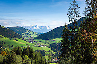 Austria, Tyrol, Wildschoenau: high valley at Kithbuehel Alps, district Oberau, at background Kaiser mountains | Oesterreich, Tirol, Wildschoenau: Hochtal in den Kitzbueheler Alpen bei Woergl, Ortsteil Oberau, im Hintergrund das Kaisergebirge