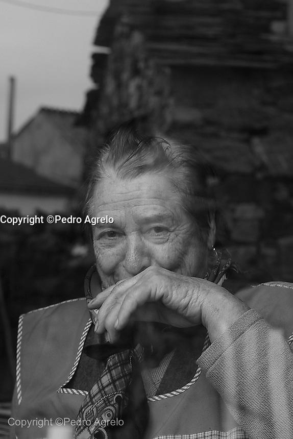 Fecha: Domingo dos de Febrero de 2010.<br /> Vida Rural. A traves del cristal, Ines mujer de Cobas, dentro de su casa, despues de comer.