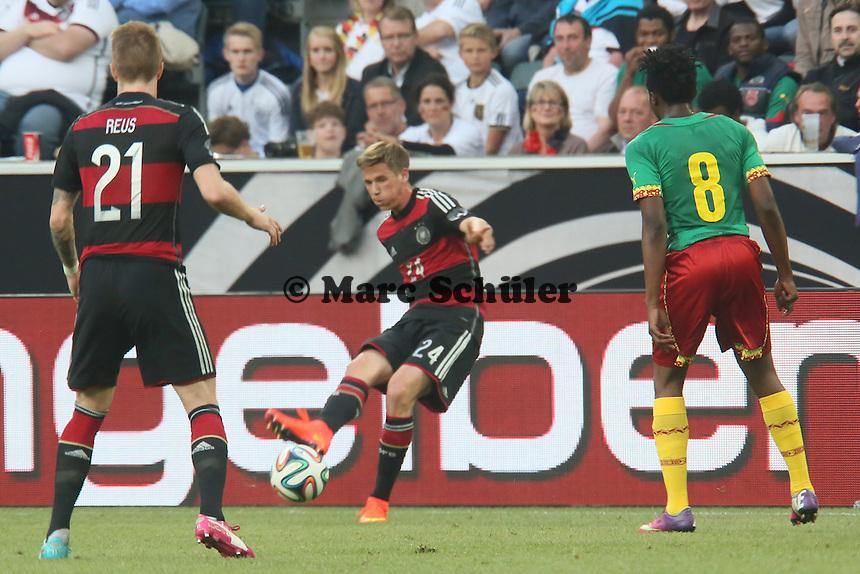 Erik Durm passt auf MArco Reus (D) - Deutschland vs. Kamerun, Mönchengladbach
