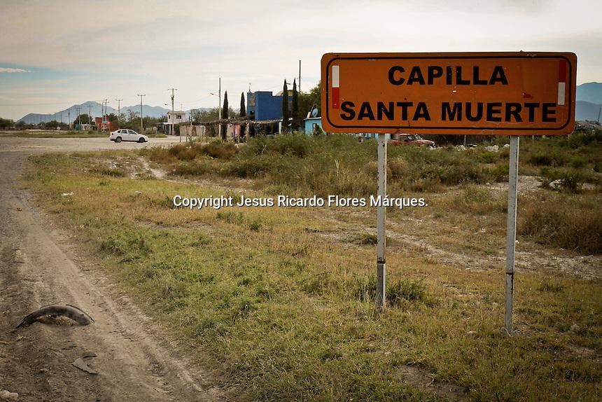 San Luis Potos&iacute;, SLP. 20 de Diciembre de 2015.- A pie de carretera San Luis Potosi - Matehuala a la altura del poblado &quot; El Huizache &quot; se encuentra la conocida capilla de la Santa Muerte, que en esta temporada recibe visitas de quienes con fervor acuden a presentarle obsequios y solicitarle buen augurio para el a&ntilde;o venidero.<br /> <br /> <br /> Foto: Jesus Ricardo Flores M&aacute;rques / Obture.