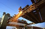 In Loenen wordt door een aangelijnde lasser de oude spoorbrug over de Nieuwe Wetering weggesneden vanwege de werkzaamheden aan de spoorverdubbeling tussen Amsterdam en Utrecht. In opdracht van Prorail is naast de oude stalen spoorbrug vorig jaar een betonnen brug gebouwd die dit jaar gezellligschap krijgt van een evengrote betonnen kunstwerk van 54 meter lang en een doorvaarhoogte van 4,30 meter. Als de oude stalen brug  verwijderd is, en de grond voor de op- en afritten is aangelegd, wordt begonnen met de bouw van de nieuwe brug.COPYRIGHT TON BORSBOOM