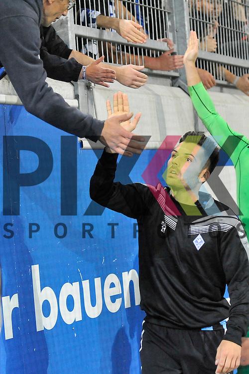 Waldhofs Sebastian Gaertner (Nr.6) bei den Fans beim Spiel Kickers Offenbach - SV Waldhof Mannheim.<br /> <br /> Foto &copy; PIX-Sportfotos *** Foto ist honorarpflichtig! *** Auf Anfrage in hoeherer Qualitaet/Aufloesung. Belegexemplar erbeten. Veroeffentlichung ausschliesslich fuer journalistisch-publizistische Zwecke. For editorial use only.