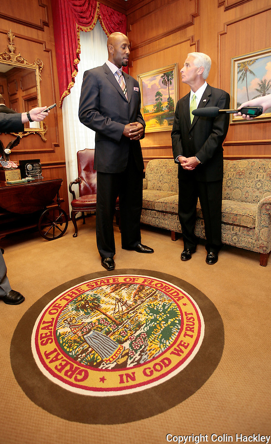 TALLAHASSEE, FL.3/10/09-MOURNING-CH-NBA Star Alonzo Mourning, left, meets with Gov. Charlie Crist to encourage passage of a medigap reform bill that will help Florida kidney patients access needed treatment, Tuesday at the Capitol in Tallahassee...COLIN HACKLEY PHOTO