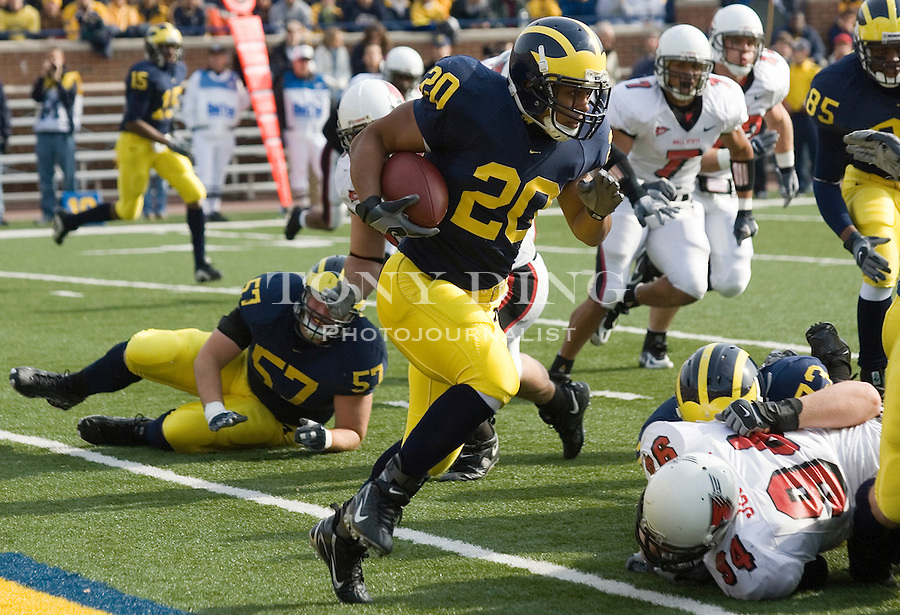 4 November 2006: Michigan running back Mike Hart (20) rushes with the ball during No. 2 Michigan's 34-26 win over MAC opponent Ball State at Michigan Stadium in Ann Arbor, MI. This was the two school's first meeting on the football field and Michigan's last home game of the season. The Wolverines go on the road at Indiana next week and finish in Columbus to face the No. 1 Ohio State Buckeyes.