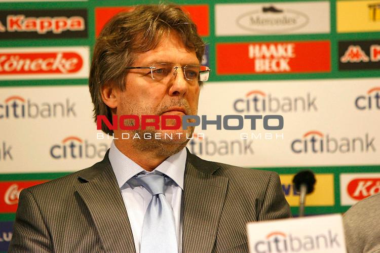 FBL 2007/2008 - Werder Bremen 29.04.2008 PK Klasnic<br /> <br /> Pressekonferenz nach dem Gespr&auml;ch von Ivan Klasnic (#17 CRO Werder Bremen), Matthias Teichner und Klaus-Peter Horndasch (Anw&auml;lte v.l.n.r) und Klaus Allofs (Gesch&auml;ftsf&uuml;hrer Profifu&szlig;ball Werder Bremen), Thomas Schaaf (Trainer / Coach Werder Bremen) und Manfred M&uuml;ller (Gesch&auml;ftsf&uuml;hrer Marketing und Management Werder Bremen).<br /> <br /> Im Bild Klaus-Peter Horndasch.<br /> <br /> Foto &copy; nph (  nordphoto  )<br /> <br /> *** Local Caption ***