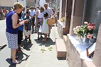Monroe Kahn Familie gedenken mit Rosen ihren aus Deutschland vertriebenen Vorfahren - Stolpersteinverlegung in Geinsheim