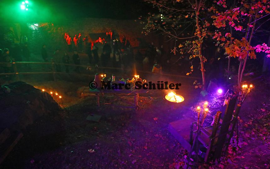 Besucher auf dem Weg in den Burggraben - Mühltal 03.11.2018: Halloween auf der Burg Frankenstein
