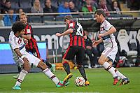 Dante und Xabi Alonso (Bayern) gegen Marc Stendera (Eintracht) - Eintracht Frankfurt vs. FC Bayern München, Commerzbank Arena