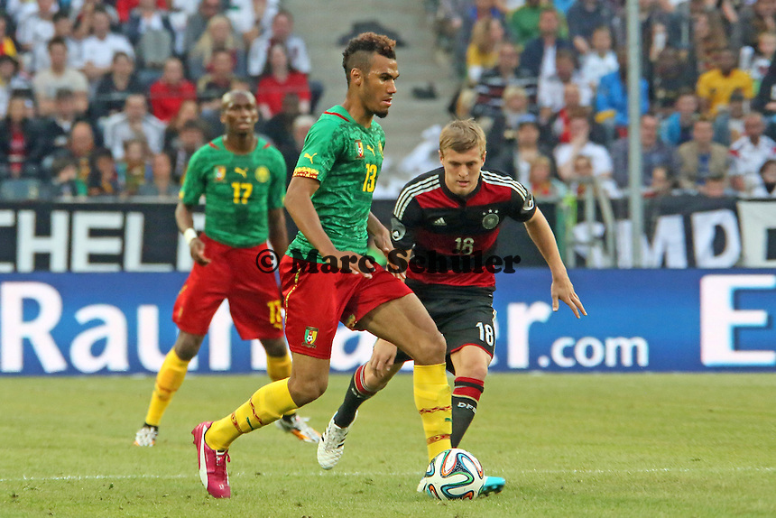 Eric-Maxim Choupo-Moting (CAM) gegen Toni Kroos (D) - Deutschland vs. Kamerun, Mönchengladbach