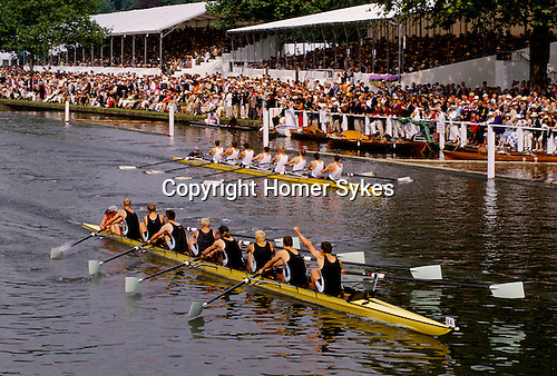 HENLEY REGATTA, HENLEY ON THAMES CROWDS WATCH THE BOAT RACE FROM THE STANDS & RIVERBANK,