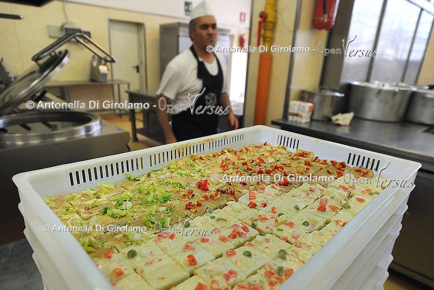 """Roma.Rome.Italia.Italy.Casa di reclusione di Rebibbia.Le cucine.I lavoratori detenuti cucinano i pasti.""""Liberamens...a"""" è un progetto della Syntax error che gestisce la mensa per circa 300 detenuti..Rebibbia prison. Kitchens. Workers prisoners cook meals. """"Liberamens...a """" is a project of """"Syntax error"""", which manages the canteen for about 300 inmates.."""