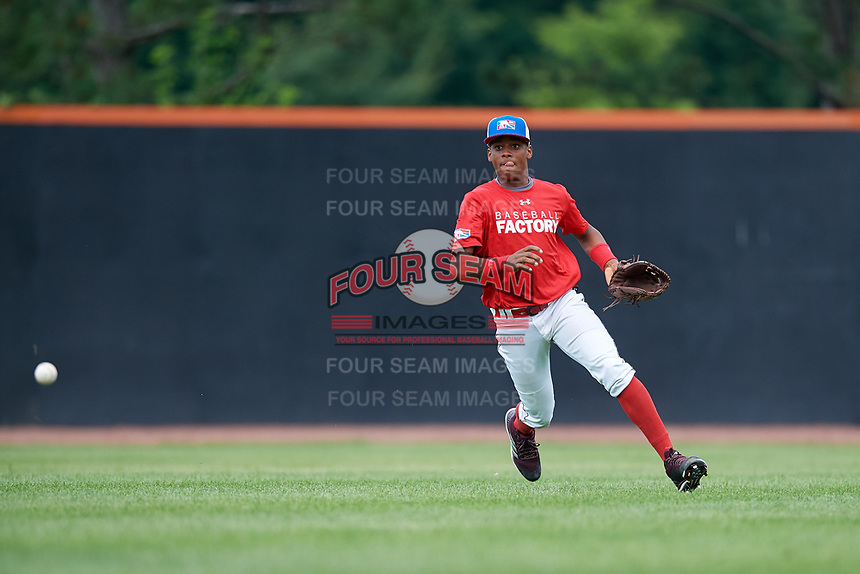 Jeryy Alejo (9) fields a ball during the Dominican Prospect League Elite Underclass International Series, powered by Baseball Factory, on July 21, 2018 at Schaumburg Boomers Stadium in Schaumburg, Illinois.  (Mike Janes/Four Seam Images)