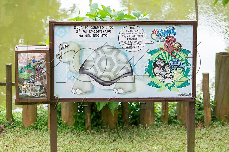Placa informando a quantidade de lixo jogado pelos visitantes na área do Jabuti-Gigante na Fundação Parque Zoológico de São Paulo, São Paulo - SP, 02/2016.