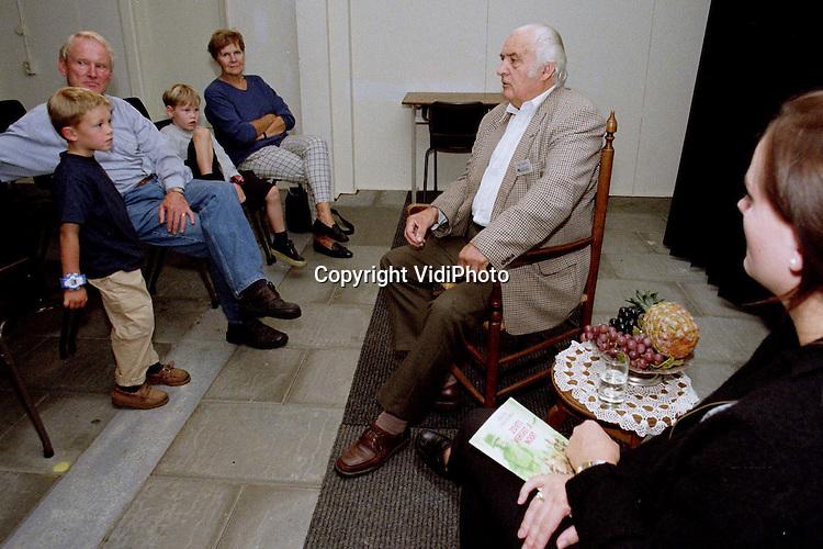 Foto: VidiPhoto..GROESBEEK - Verzetsheld Theo Leenders stond woensdag in het Bevrijdingsmuseum in Groesbeek in het middelpunt van de belangstelling. De 76-jarige oud-KP'er vertelde over zijn verzetsactiviteiten tegen de Duitse bezetter tijdens de Tweede Wereldoorlog. Leenders overleefde strafkampen in Oostenrijk en Hongarije. De vertellingen van Leenders zijn een nieuw .experiment van het Bevrijdingsmuseum..