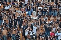 ATENÇÃO EDITOR: FOTO EMBARGADA PARA VEÍCULOS INTERNACIONAIS - SÃO PAULO, SP, 02 DE DEZEMBRO DE 2012 - CAMPEONATO BRASILEIRO - SÃO PAULO x CORINTHIANS: Torcida durante partida São Paulo x Corinthians válida pela 38ª rodada do Campeonato Brasileiro de 2012 no Estádio do Pacaembu. FOTO: LEVI BIANCO - BRAZIL PHOTO PRESS