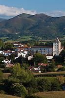 Europe/France/Aquitaine/64/Pyrénées-Atlantiques/Pays-Basque/Sare: Le village et les pyrénées basques