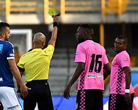 BOGOTÁ - COLOMBIA, 22-07-2018: Diego León Escalante, arbitro, muestra tarjeta amarilla a Edwar González (Der.), jugador de Boyacá Chicó F. C., durante partido de la fecha 1 entre Millonarios y Boyacá Chicó F. C., por la Liga Aguila II-2018, jugado en el estadio Nemesio Camacho El Campin de la ciudad de Bogota. / Diego Leon Escalante, referee, shows yellow card to Edwar González (R) player of Boyaca Chico F. C., during a match of the 1st date between Millonarios and Boyaca Chico F. C., for the Liga Aguila II-2018 played at the Nemesio Camacho El Campin Stadium in Bogota city, Photo: VizzorImage / Luis Ramirez / Staff.