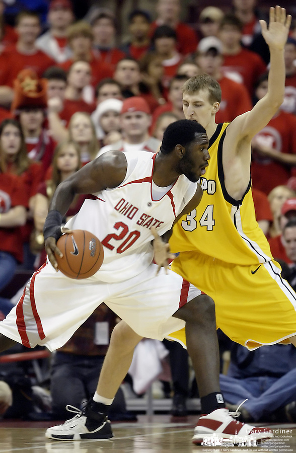 2 December 2006: Ohio State's Greg Oden, left, plays against Valparaiso's Arden Skoglund at Value City Arena in Columbus, Ohio. Oden was the nation's top high school player for the past two years and made his college debut tonight after sitting out with a wrist injury.<br />