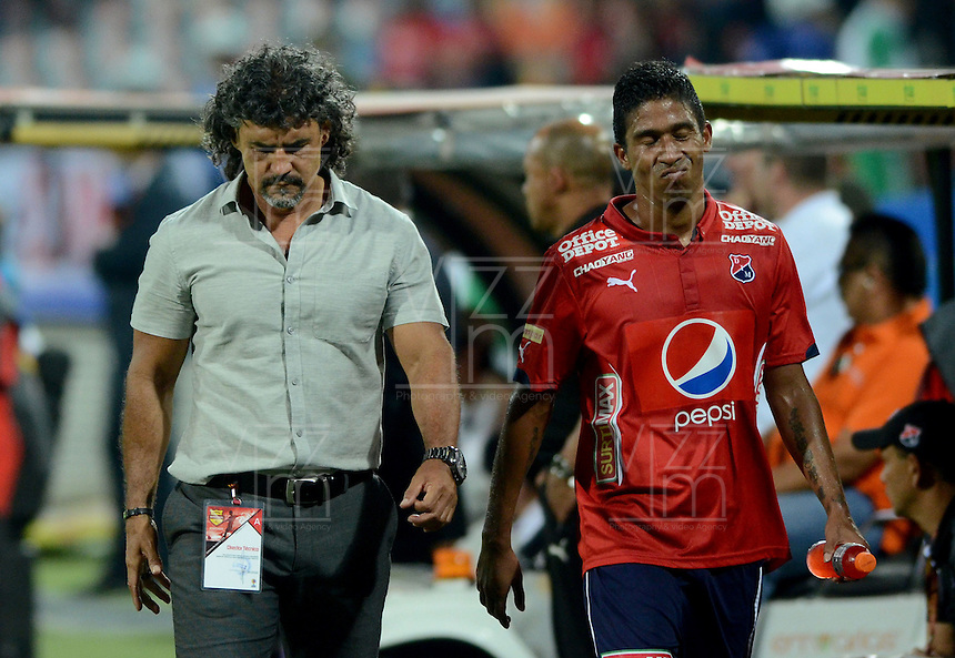 MEDELLÍN -COLOMBIA-28-02-2016. Leonel Alvarez técnico de Independiente Medellín da instrucciones a Christian Marrugo durante el encuentro con Deportivo Cali durante partido por la fecha 7 de la Liga Águila I 2016 jugado en el estadio Atanasio Girardot de la ciudad de Medellín./ Leonel Alvarez coach of Independiente Medellin gives directions to Christian Marrugo during the match against Deportivo Cali during the date 7 of Aguila League I 2016 played at Atanasio Girardot stadium in Medellin city. Photo: VizzorImage/León Monsalve/Str