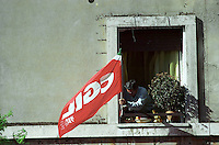 Una bandiera della CGIL sventola da una finestra sul percorso della manifestazione nazionale contro l'abolizione dell'Articolo 18 dello Statuto dei Lavoratori, a Roma, 23 marzo 2002.<br /> A flag of Italian union CGIL waves from a window during a rally against the abolition of the  Article 18 of the 1970s Workers Statute, which protects employees from unfair dismissal, in Rome, 23 March 2002.<br /> UPDATE IMAGES PRESS/Riccardo De Luca